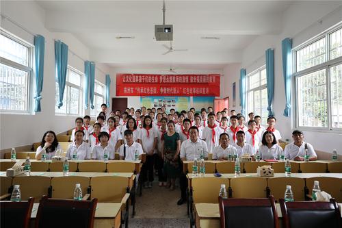 6、中国农民书画研究会的画家们与学生们在一起.jpg
