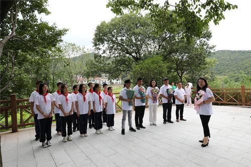 7、中国农民书画研究会的画家和学生们一起来到耿飚将军父母的墓前献花.JPG