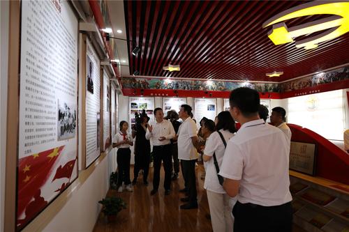 4、会长毕铭鑫及农民书画研究会的画家们一起参观将军外交官红军学校.JPG
