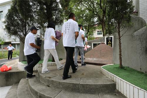8、中国农民书画研究会的画家们在耿飚将军父母的墓前献花.JPG