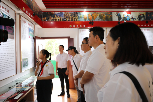 3、会长毕铭鑫及农民书画研究会的画家们一起参观将军外交官红军学校.JPG