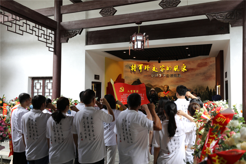 2、中国农民书画研究会成员及画家们在耿飚将军铜像前,重温入党誓词.JPG