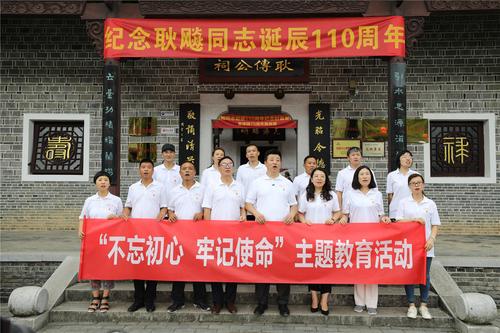 5、中国农民书画研究会成员及画家演唱歌曲《我和我的祖国》.JPG